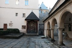 Kyrkag?rd, religion Gata i staden av Lviv Ukraina 03 15 19 arkivbilder