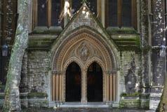 Kyrkaingång för St Mary Abbots med den öppna dörrsneda bollen Royaltyfri Bild