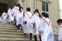 Kyrkakörer skriver in kyrkan i linje Royaltyfri Bild