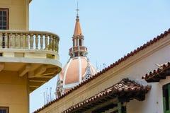 Kyrkakupol som stiger ovanf?r staden royaltyfri fotografi