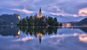 Kyrkan av antagandet i sjön blödde med slotten i bakgrunden Royaltyfri Fotografi