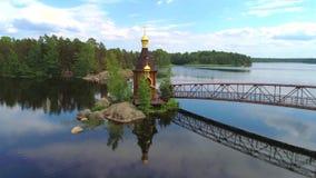 Kyrkan av aposteln Andrew på floden Vuoksa Sunny June dag Leningrad region, Ryssland lager videofilmer