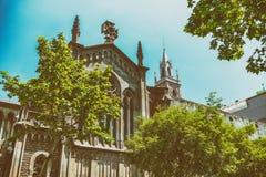 Kyrkan av Barcelona omgav vid träd, Spanien Arkivfoton