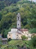 Kyrkan av bergbyn av Cardoso Stazzema i Alta Versilia Royaltyfria Foton