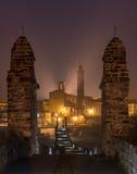 Kyrkan av den Bobbio staden vid natt, Italien Arkivbilder