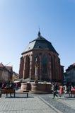 Kyrkan av den heliga anden och springbrunnen med en staty av Hercules i Heidelberg Arkivfoto