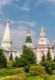 Kyrkan av den Smolensk symbolen av modern av guden, en tempel i heder av St Zosima och Savvatiy av Solovki och calichen står högt Arkivfoto