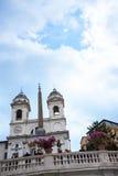 Kyrkan av den Trinite deien Monti upptill av spanjormomenten med dess egyptiska obelisk i Rome Italien Arkivbild