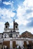 Kyrkan av den Trinite deien Monti upptill av spanjormomenten med dess egyptiska obelisk i Rome Italien Royaltyfri Fotografi