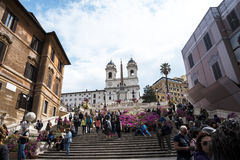 Kyrkan av den Trinite deien Monti upptill av spanjormomenten med dess egyptiska obelisk i Rome Italien Royaltyfria Bilder
