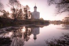 Kyrkan av interventionen på Nerlen Den Vladimir regionen Slutet av September 2015 Arkivbilder
