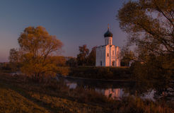 Kyrkan av interventionen på Nerlen Sikt från vänstra sidan av kyrkan Royaltyfri Foto