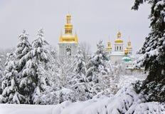 Kyrkan av nativityen av oskulden och sätta en klocka på står hög av Met Royaltyfri Foto