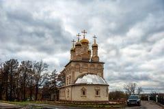 Kyrkan av omgestaltningen i Ryazan i höstdag med dramatiska himmel och moln Arkivfoton