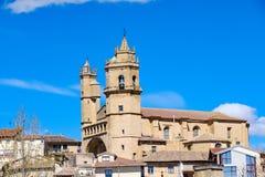 Kyrkan av San Andrés, av blandningar av gotiska och renässansstilar som lokaliserades i en höjd av staden, kallade Elciego i Ala Arkivbild