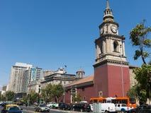 Kyrkan av San Francisco, den katolska templet och den gamla kloster, i Alamedaen, den huvudsakliga avenyn av Santiago de Chile fotografering för bildbyråer
