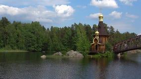 Kyrkan av St Andrew på floden Vuoksa Leningrad region, Ryssland arkivfilmer