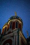 Kyrkan av St George i staden av Medyn, Kaluga region i Ryssland på bakgrunden av den stjärnklara himlen arkivbilder