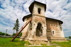 Kyrkan av St Nicholas i den Balineshti byn, Rumänien Fotografering för Bildbyråer