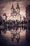 Kyrkan av vår dam för Tyn reflekterade i pölen Arkivfoto