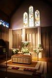 kyrkan blommar bröllop Arkivbild