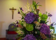 kyrkan blommar bröllop close upp arkivbild