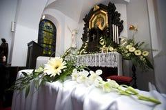 kyrkan blommar bröllop Fotografering för Bildbyråer