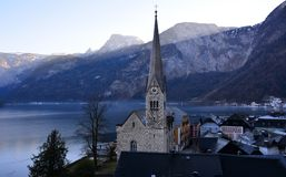 Kyrkan bredvid Hallstatt i Österrike Royaltyfri Fotografi