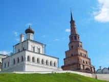 Kyrkan för Kazan Kremlhus och det Söyembikä tornet av den Kazan Kreml Royaltyfri Bild