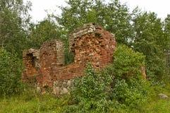 Kyrkan för röd tegelsten fördärvar i rysk bygd Arkivbilder
