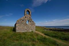 Kyrkan fördärvar på ön för St Michael ` s Arkivbilder