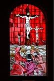 kyrkan förser med rutor det röda fönstret Arkivfoton