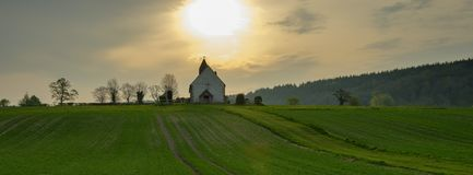 Kyrkan f?r St Huberts p? Idsworth n?ra Finchdean i s?derna besegrar nationalparken, UK royaltyfri foto