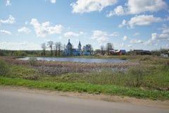 Kyrkan i byn arkivbild