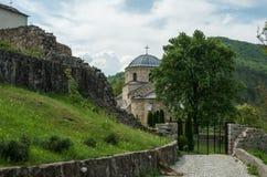 Kyrkan i den ortodoxa kloster Gradac i Serbien Gradac Mo Arkivbild