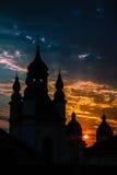 Kyrkan i en solnedgång strålar i Lviv, Ukraina. Kyrklig conto för solsken Fotografering för Bildbyråer