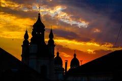 Kyrkan i en solnedgång strålar i Lviv, Ukraina. Kyrklig conto för solsken Royaltyfria Foton