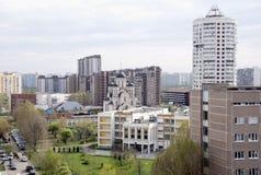 Kyrkan i mitten av det stads- landskapet Arkivbild