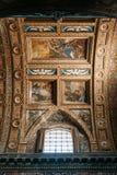 Kyrkan i Naples, frescoes och stuckaturen arbetar inom royaltyfri foto