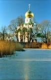 kyrkan iced nära dammryss Royaltyfri Foto