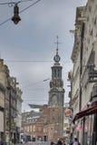 Kyrkan Munttoren som byggs om i Amsterdam renässansstil runt om 1620 Royaltyfri Foto