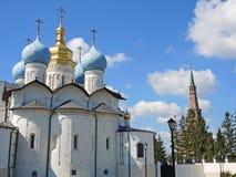 Kyrkan nära moskén i Kazan Fotografering för Bildbyråer