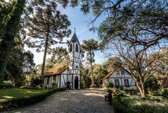 Kyrkan och hus på den invandrande byn parkerar & x28; Parque Aldeia gör Imigrante& x29; - Nova Petropolis, Rio Grande gör Sul, Br royaltyfri bild