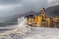 Kyrkan och vågen i Camogli, Genua, Italien royaltyfri fotografi