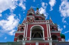 Kyrkan på bakgrunden av blå himmel Arkivbilder