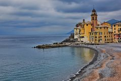 Kyrkan på de brytningBasillica dina Santa Maria Assunta i Camogli Italien Fotografering för Bildbyråer