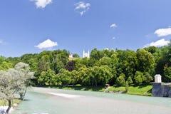 Kyrkan på kullen, på en fot av kullen fortsätter bergfloden Arkivbild