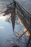 Kyrkan reflekterade i en pöl i regncloseupen i Munich, bakterie Royaltyfri Bild