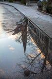 Kyrkan reflekterade i en pöl i regncloseupen i Munich, bakterie Royaltyfria Foton