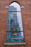 Kyrkan reflekterar staden Royaltyfri Foto